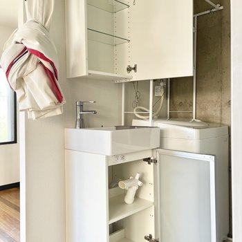 コンパクトな洗面台は上下収納できますよ○