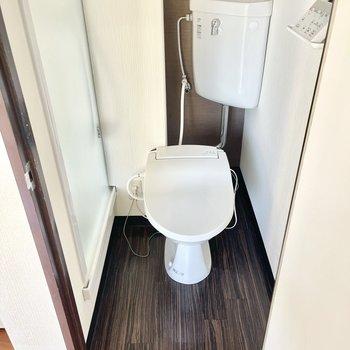 お隣がトイレです。