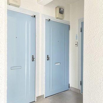 スカイブルーの玄関が爽やかです!