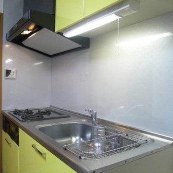 黄色のシステムキッチンです。(※写真は7階の同間取り別部屋のものです)