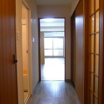 両サイドに引戸がずらり(※写真は7階の同間取り別部屋のものです)