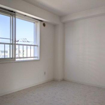【洋室】約6帖の広さなので、ゆとりのある寝室として使えます。