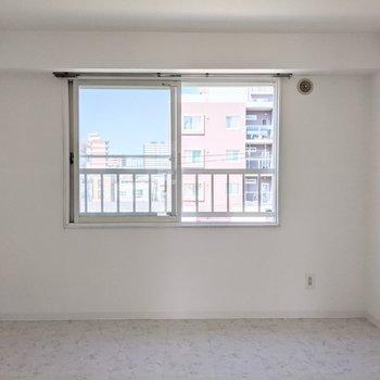 【洋室】窓は北東向き優しい光が入ります。