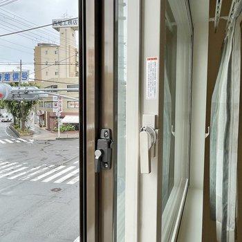【寝室】窓は二重サッシで外の音も軽減!