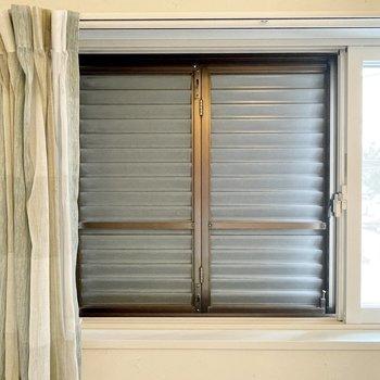 【寝室】強風や台風のとき頼りになる、雨戸もついていますよ。