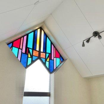 【共用部】最上階には三角屋根のステンドグラス。夜はさらに美しくなります。