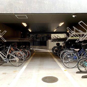 マンション側面には屋内の駐輪場。