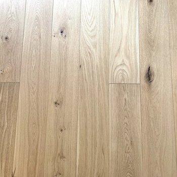 足元には木目のきれいなフローリングが広がります。
