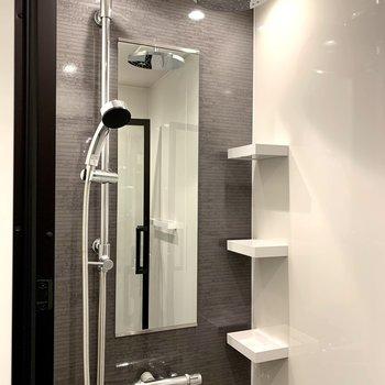 シャワールームにはレインシャワー付きなんです!