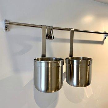 調理器具などを掛けられるバー付きです。