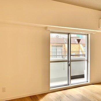 横幅があり、窓横にインテリアを配置できます。