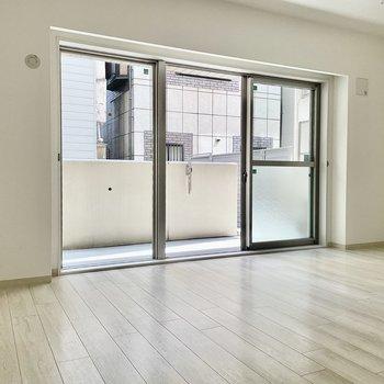 【LDK】三枚分の窓で開放感があります。