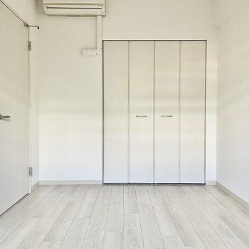 【洋室】ホワイトを基調としていて清潔感ありますね。