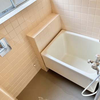 浴室はちょっぴりレトロ。窓もあるので換気もできますよ。