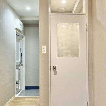 お次は水回り。この模様のかわいい扉はトイレです!