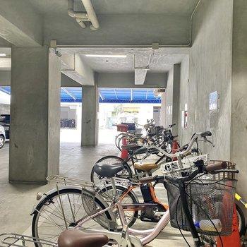 駐輪場は1階部分に。雨に濡れる心配はなさそうです。