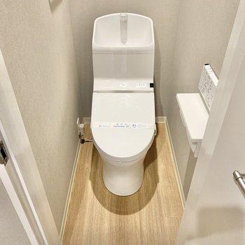 温水洗浄もついたきれいなトイレ。ここまでしっかりグレーのクロスです。