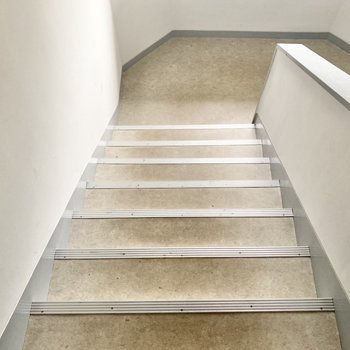 お部屋の4階までは階段でのぼります〜!