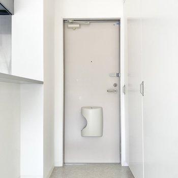 脱ぎ履きには十分な広さの玄関。