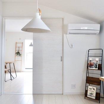【洋室】白色を基調とした綺麗なお部屋です。
