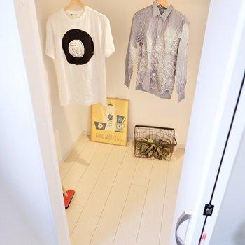 【洋室】ズラリと衣服を掛けたり、収納ボックスを置いてみたりと。