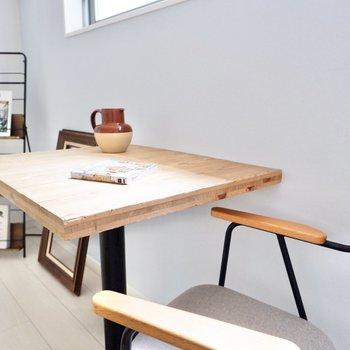 【洋室】カフェテーブルでひとやすみ。