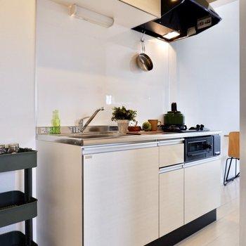 収納が付いたシンプルなキッチン。