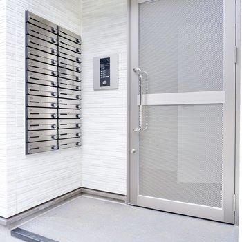 エントランスの扉はオートロック付き。セキュリティに配慮されています。