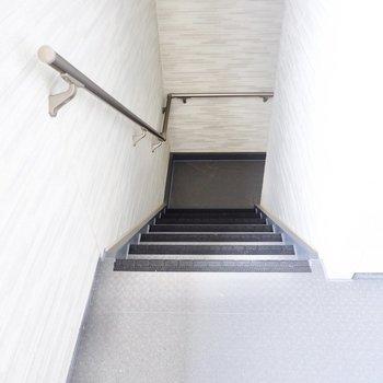 手すりの付いた階段。