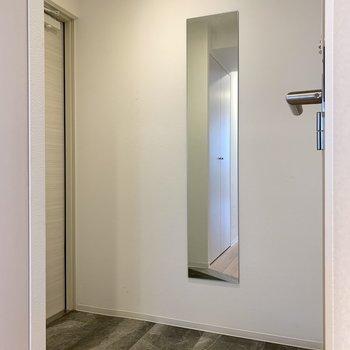 玄関には姿見鏡も。お出かけ前に身だしなみチェック!