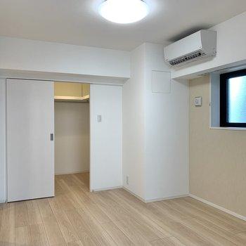 【洋室】ダブルベッドもゆったり置けるほどの広さ。