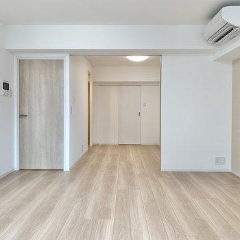 【LDK】引き戸を開けて洋室へ。