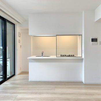 【LDK】キッチン手前にテーブルを配置すると、食事スペースをコンパクトに収められます。