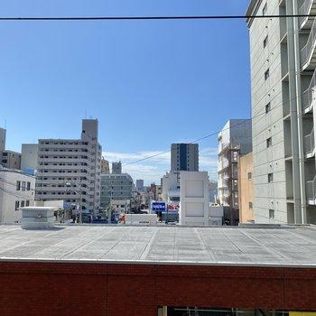 目の前の建物の屋上が見えています。人目はそこまで気にならないかな。