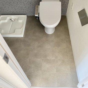 ここにはトイレと洗濯機置場、洗面台があります。スクエアタイルのフロアが素敵だな〜!