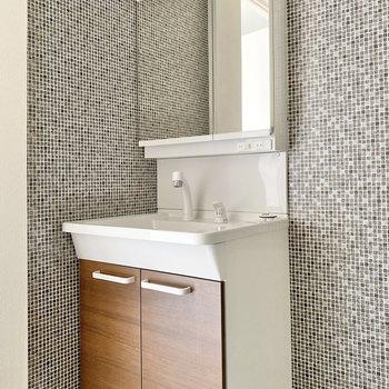 洗面台はシンプル!収納付きの鏡ですっきり片付きそうです。