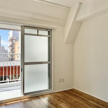 【洋室②】こちらはシンプルに真っ白!カクっとした天井はおそろいです。