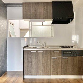 キッチンは収納たっぷり。お隣に冷蔵庫を並べましょう。