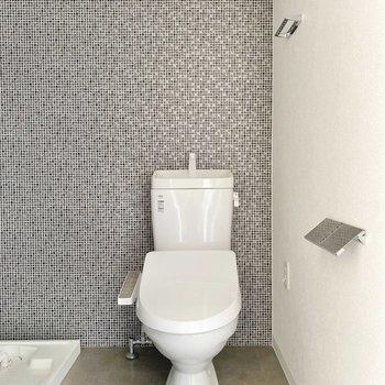 ウォシュレット付きのトイレ。ペーパーホルダーもスタイリッシュです。