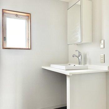 洗面台もスッキリ。鏡の裏は収納になっています。
