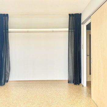 反対側にはオープンシェルフ!カーテンで隠せますよ。
