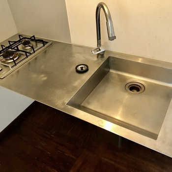 コンロは2口で調理場もあります。シンクは浅めなので洗い物はこまめにしましょう。(※写真は同間取り別部屋のものです)