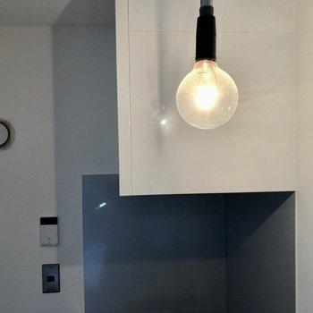 キッチン上のライトも剥き出しでおしゃれ。(※写真は同間取り別部屋のものです)