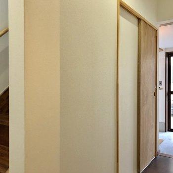 まずは階段を登って2階からご紹介!(※写真は同間取り別部屋のものです)