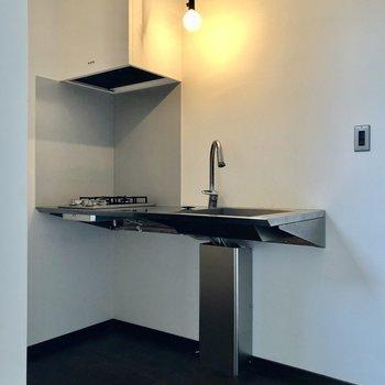 ステンレスのかっこいいキッチン。横に冷蔵庫置けます。(※写真は同間取り別部屋のものです)