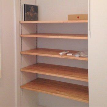 キッチンの背面には可動式の棚も設置!見せる収納でおしゃれに彩って◎(※写真はイメージです)