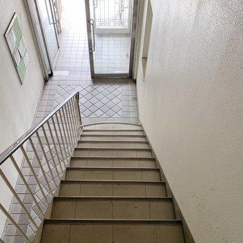 お部屋までは階段で!2階なのですぐ到着です。