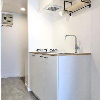 では廊下へ出てキッチンへ。フロアタイルはちょっぴりシックなグレー。(※写真はイメージです)