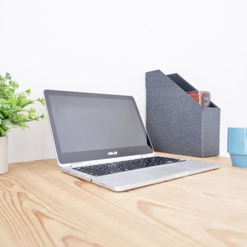 壁際にテーブルを置いてパソコン業務に集中◎