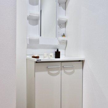清潔感溢れる白の独立洗面台。